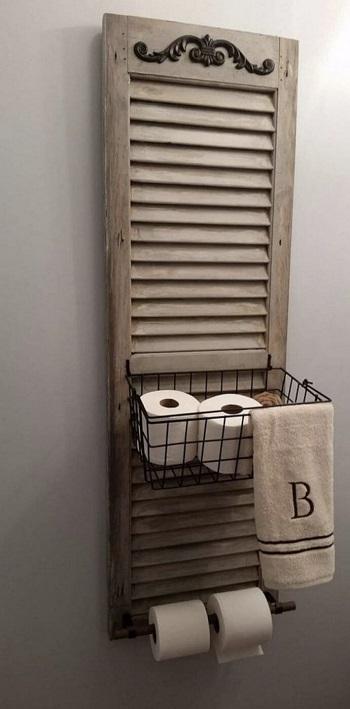 استخدام الشيش على حائط الحمام لتعليق المناشف