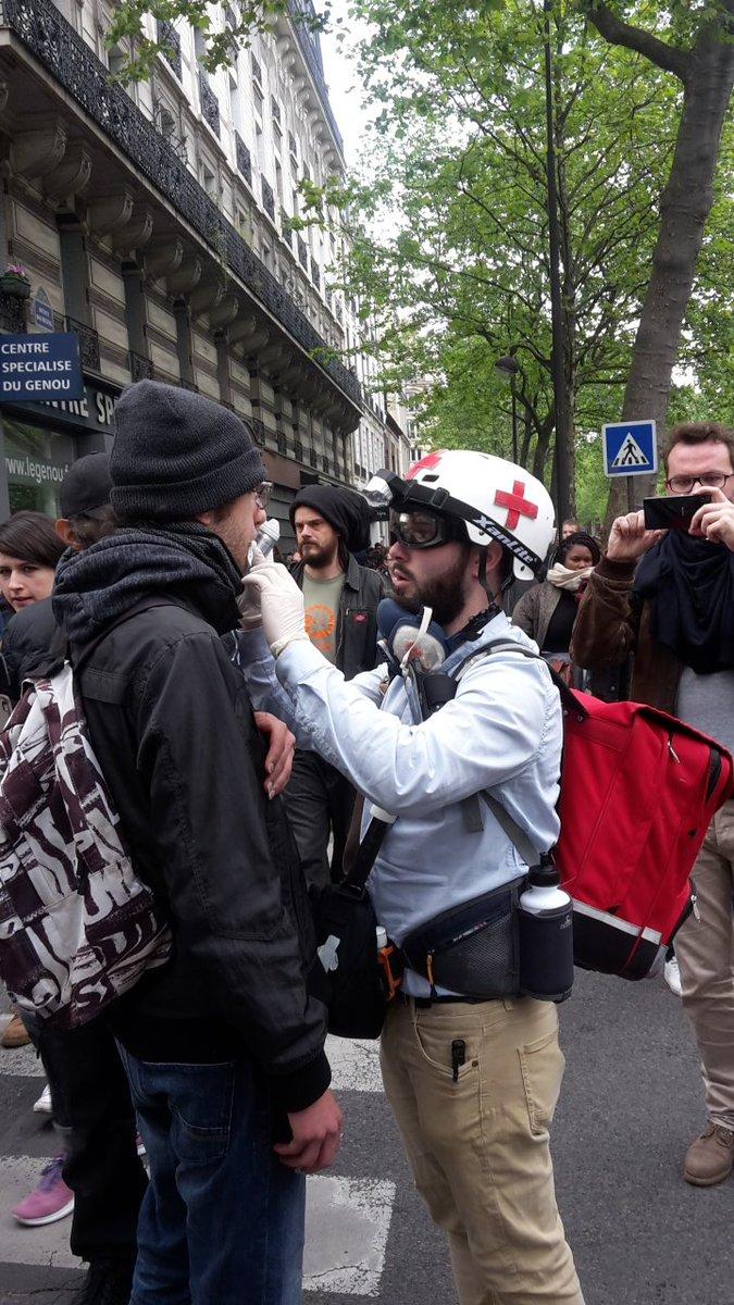 الاسعافات الأولية لبعض المتظاهرين