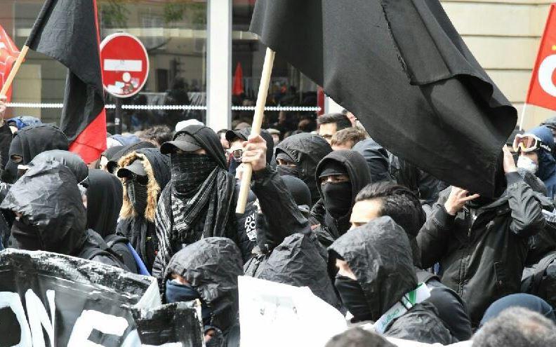 الملثمون يثيرون الشغب في الاحتجاجات الفرنسية
