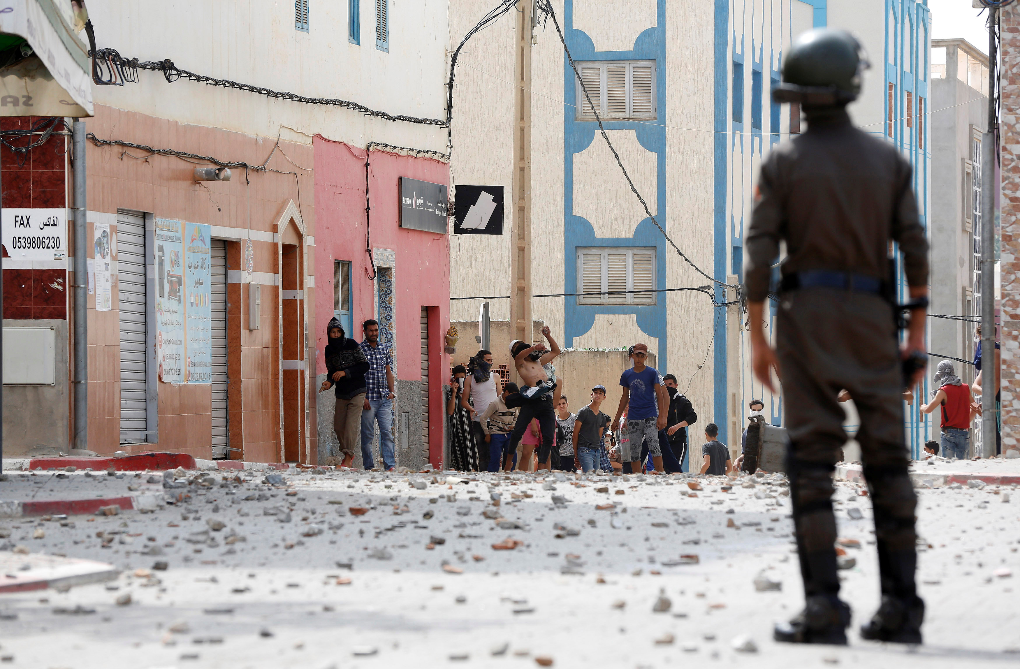 شرطى يواجه المتظاهرين فى المغرب