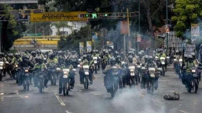 عناصر الشرطة الفنزويلية يستقلون الدراجات البخارية