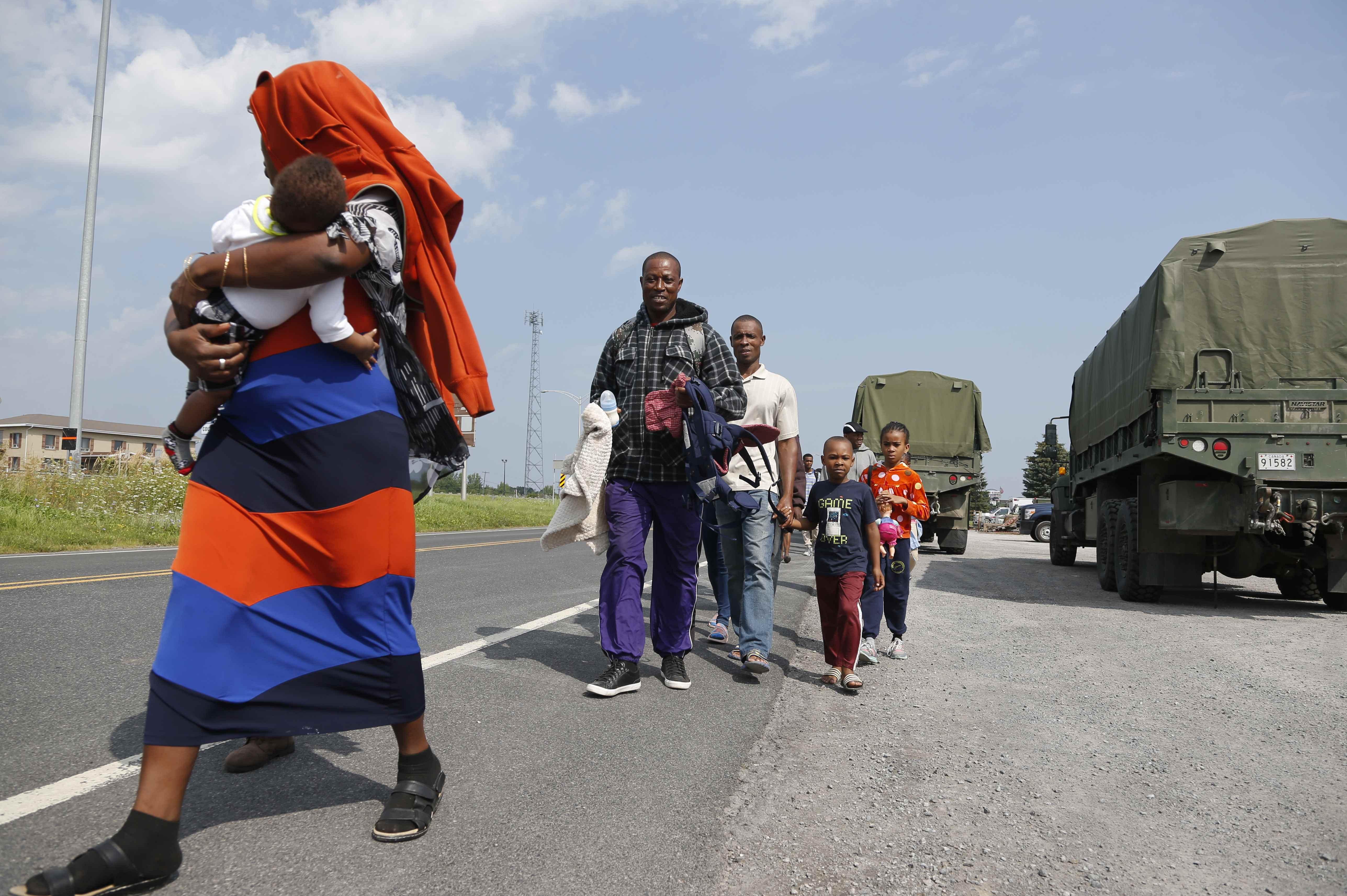 مهاجرون يتوجهون إلى المخيم الجديد