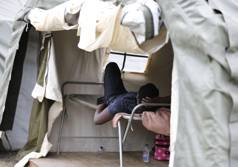 شاب نائم داخل المخيم
