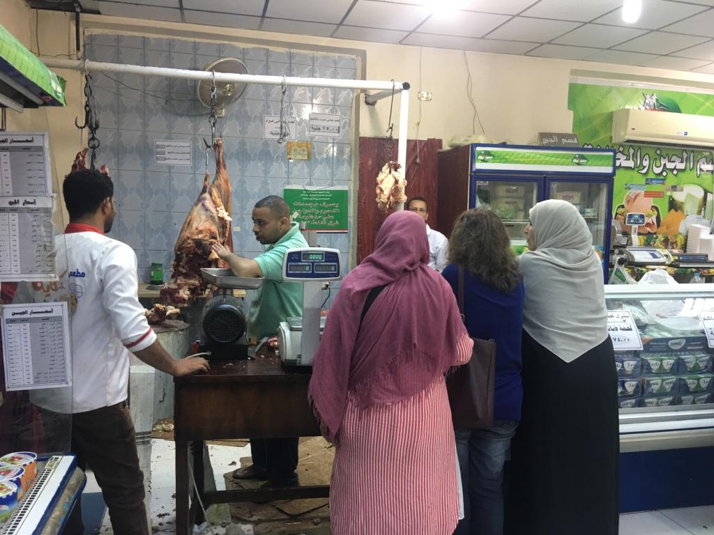 توافد المواطنون علي منفاذ بيع اللحوم المدعمة بأسيوط (4)