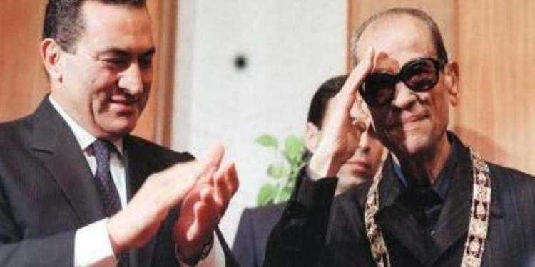 مبارك يسلم نجيب محفوظ قلادة النيل