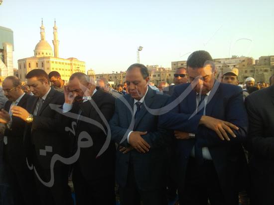 1- مدير أمن كفر الشيخ المستشار العسكري والسكرتير العام المساعد يتقدمون المصلين