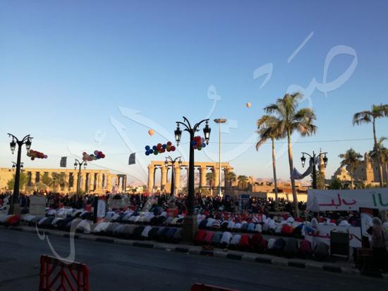 محافظ الاقصر ومدير الامن يشهدان صلاة العيد (12)