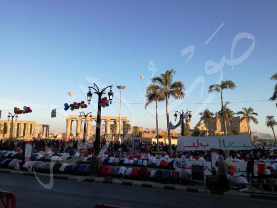 محافظ الاقصر ومدير الامن يشهدان صلاة العيد (11)