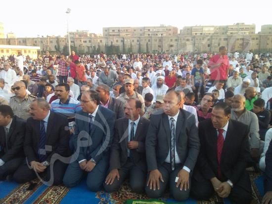 2- الألاف يؤدون الصلاة باستاد كفر الشيخ