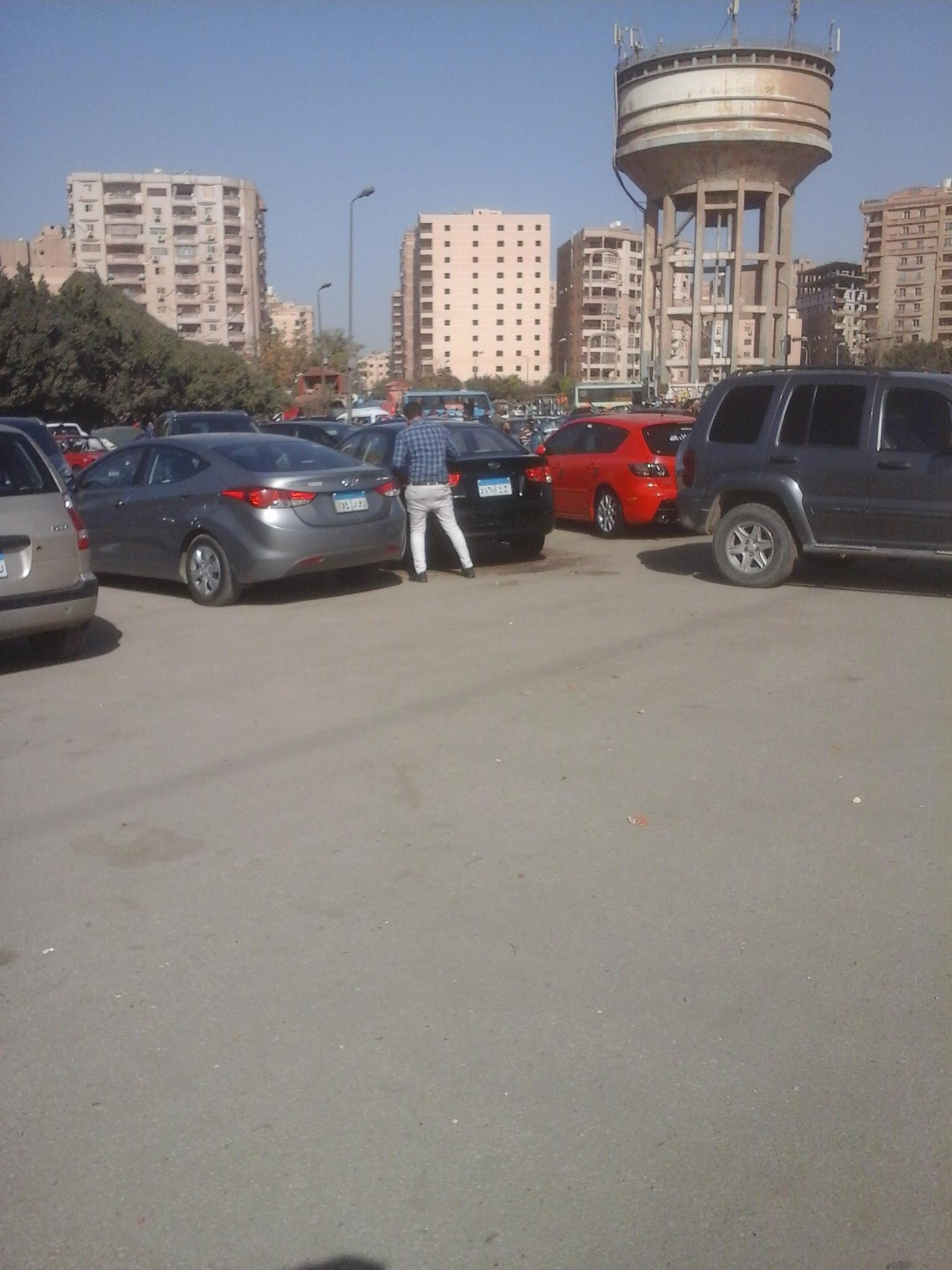 مواطن ينظف سيارته لعرضها للبيع