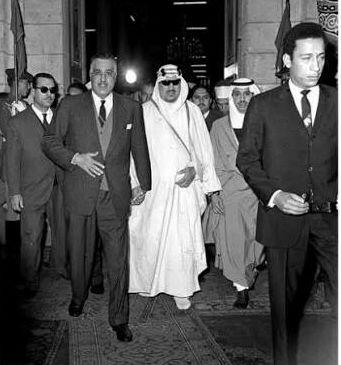 الرئيس جمال عبد الناصر و الملك سعود في مسجد الحسين لصلاة عيد الفطر