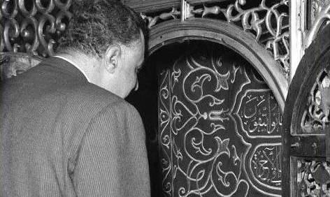 عبدالناصر أمام ضريح السيدة زينب
