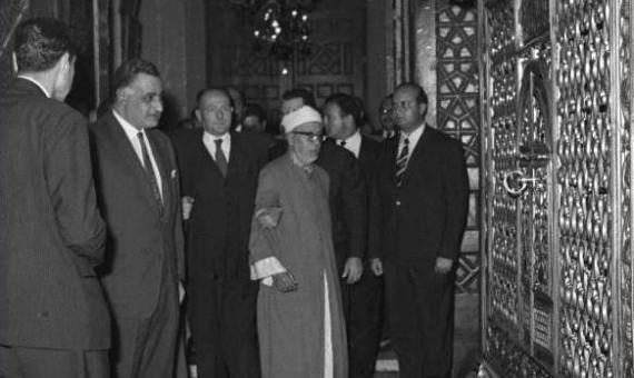 الرئيس جمال عبدالناصر داخل غرفة ضريح السيدة زينب