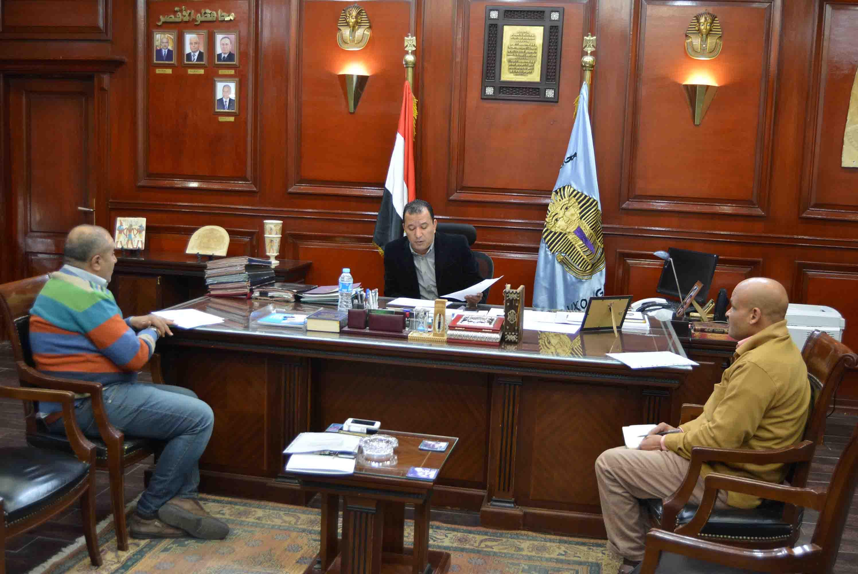 محافظ الأقصر يبحث مع مسئولي مصر الخير الأعمال في 343 منزل ومدرسة ووصلة مياة (2)