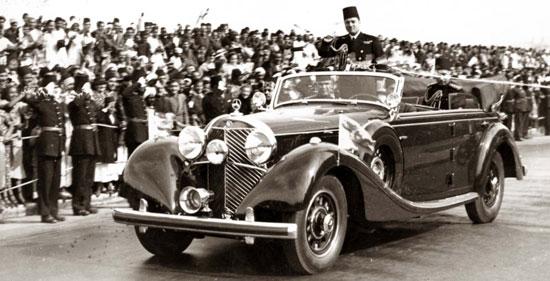 الملك راكبا أحد سياراته