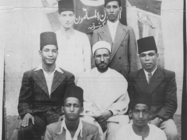حسن البنا مؤسس الإخوان مع بعض أعضاء الجماعة
