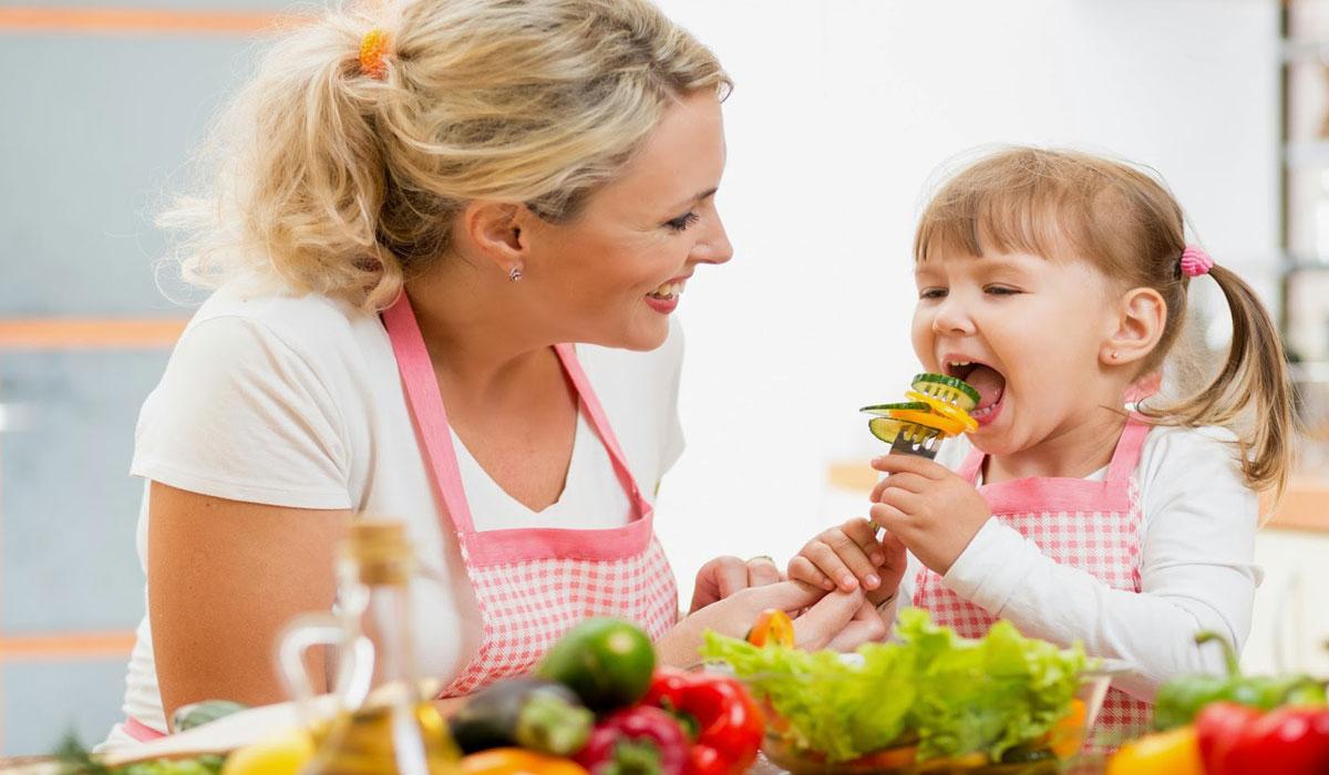 طفل يتناول الخضروات