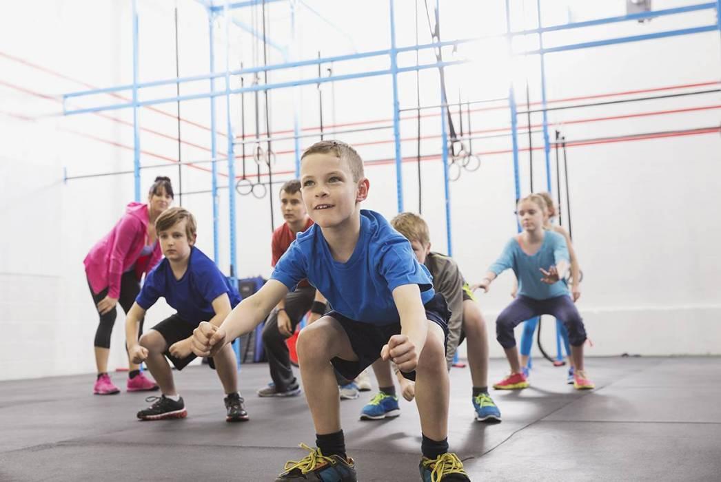 طفل يمارس الرياضة