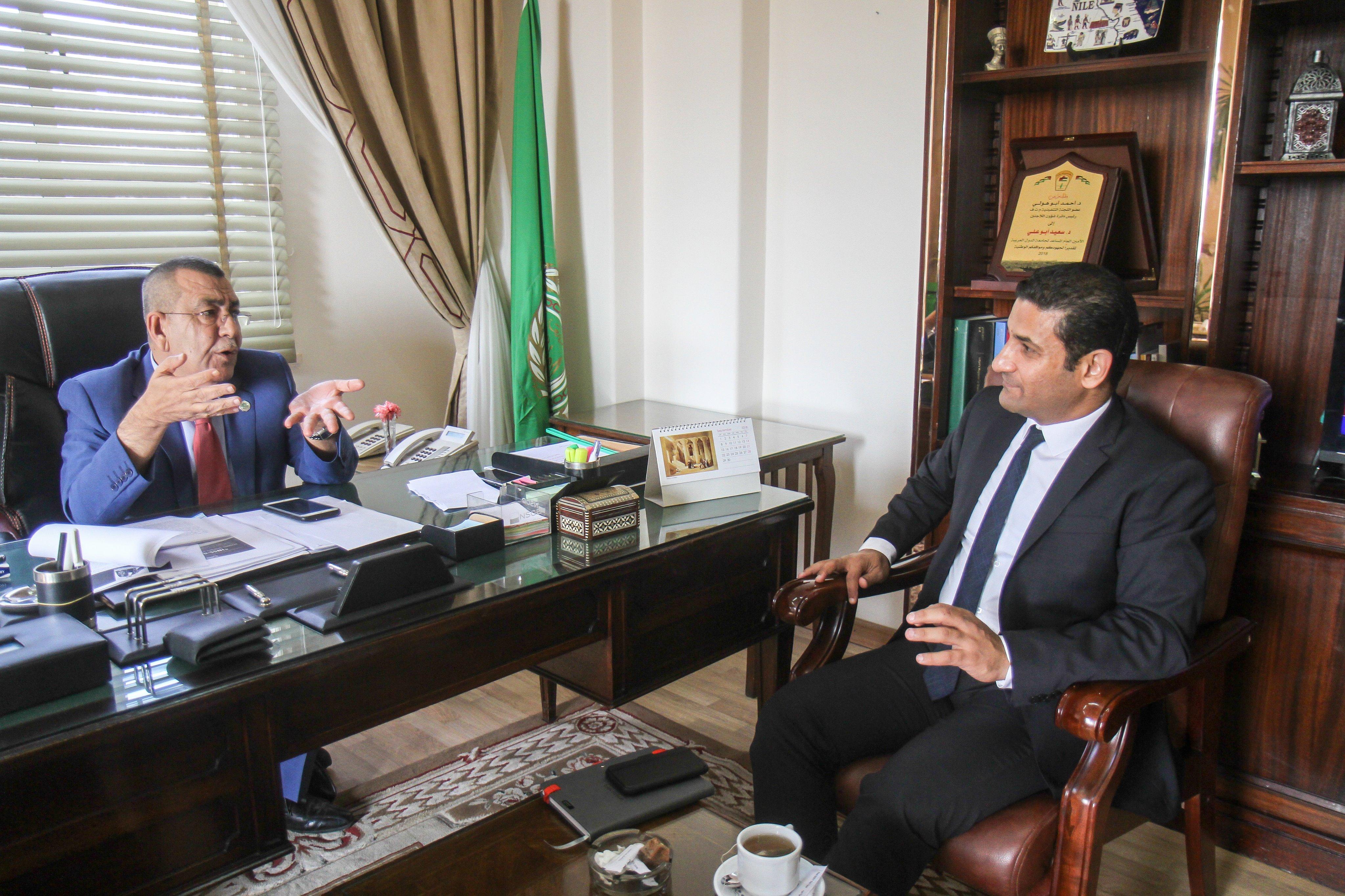 السفير سعيد أبو على مع الزميل يوسف أيوب