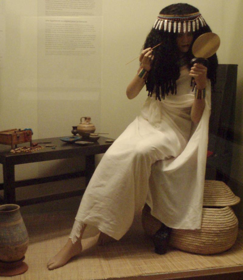 800px-AncientEgypt-LadyApplyingCosmetics-ROM