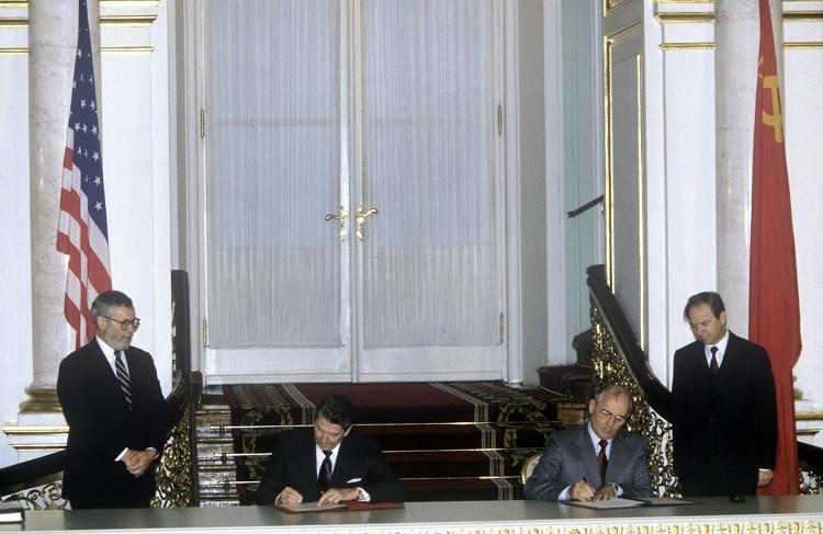 توقيع المعاهدة النووية متوسطة المدى بين روسيا وأمريكا عام 1987
