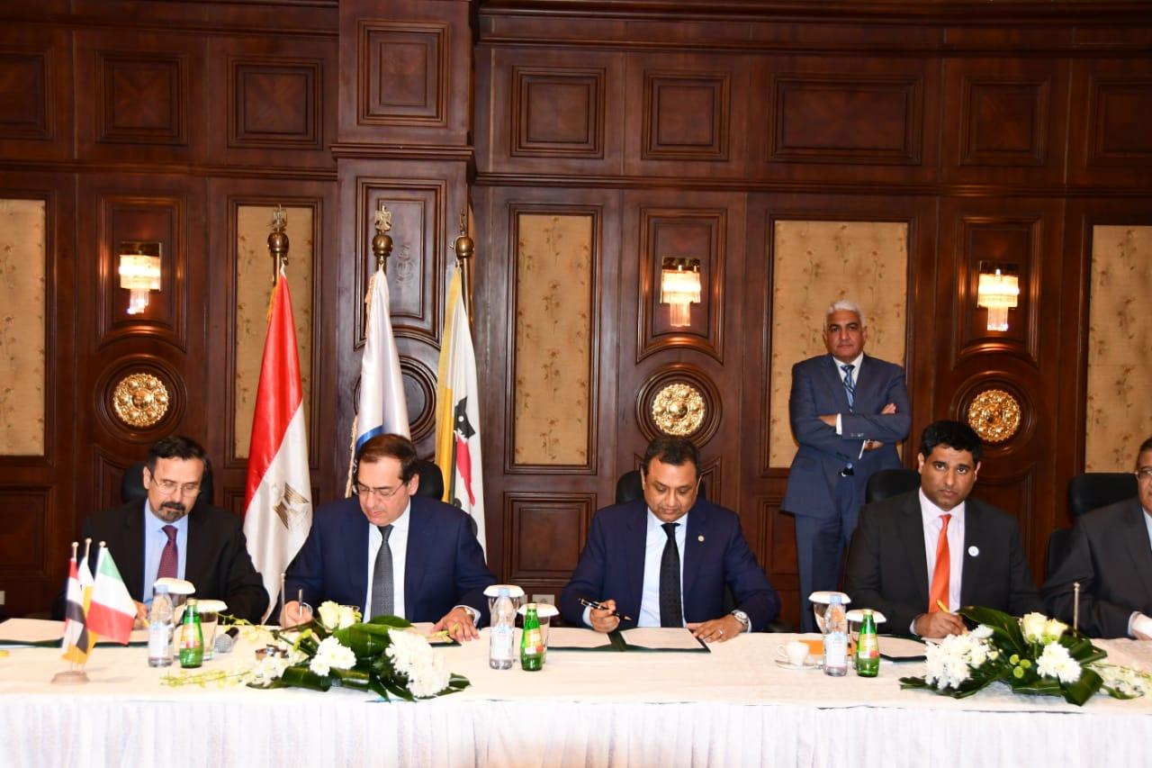 وزير البترول ورؤساء الشركات أثناء التوقيع