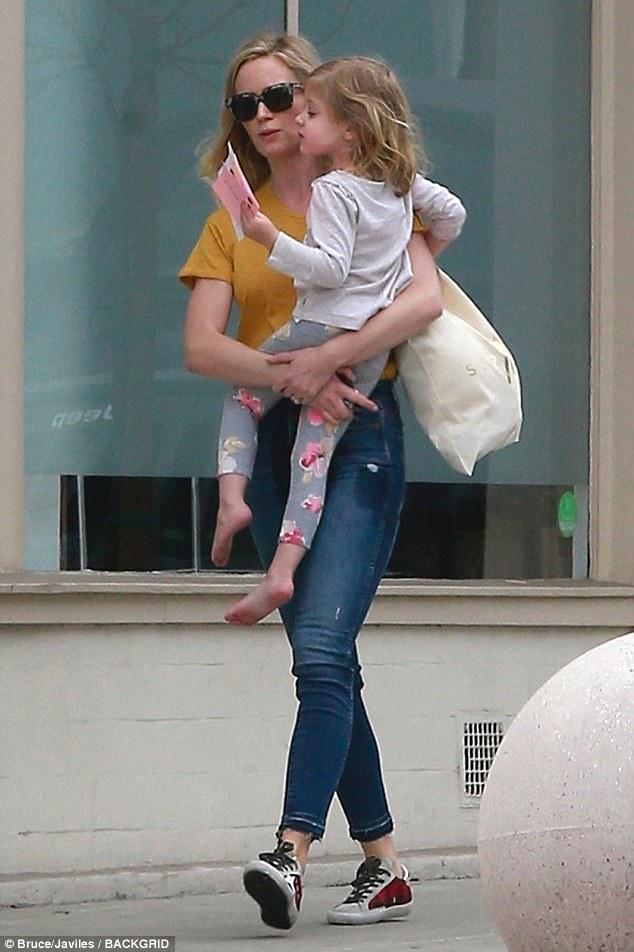 إيميلي بلنت تصاحب ابنتها الكبرى لتناول الغذاء فى هوليوود  (1)