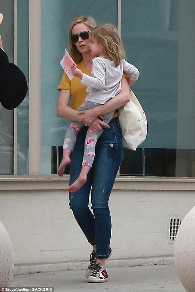 إيميلي بلنت تصاحب ابنتها الكبرى لتناول الغذاء فى هوليوود  (2)