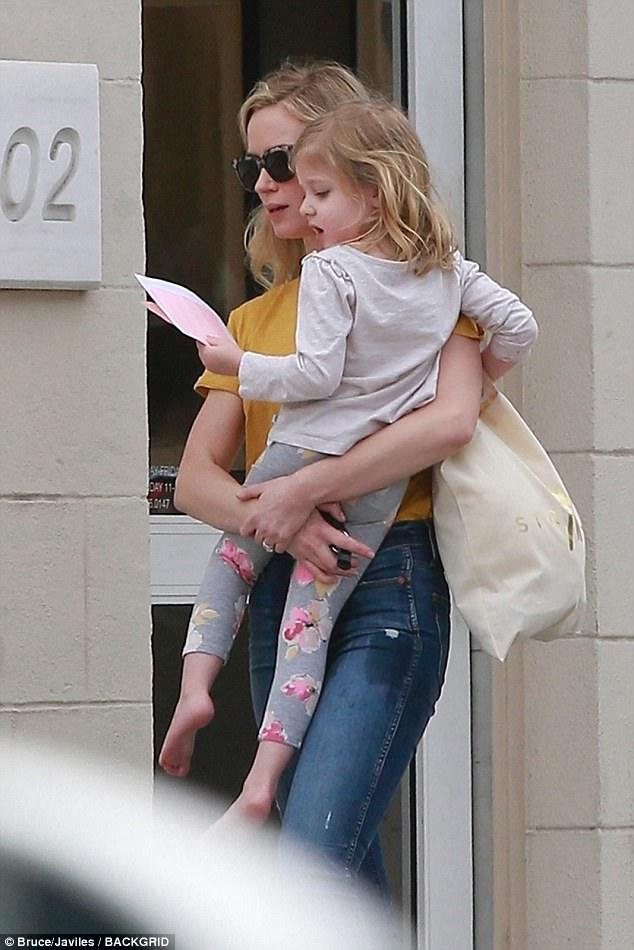 إيميلي بلنت تصاحب ابنتها الكبرى لتناول الغذاء فى هوليوود  (3)