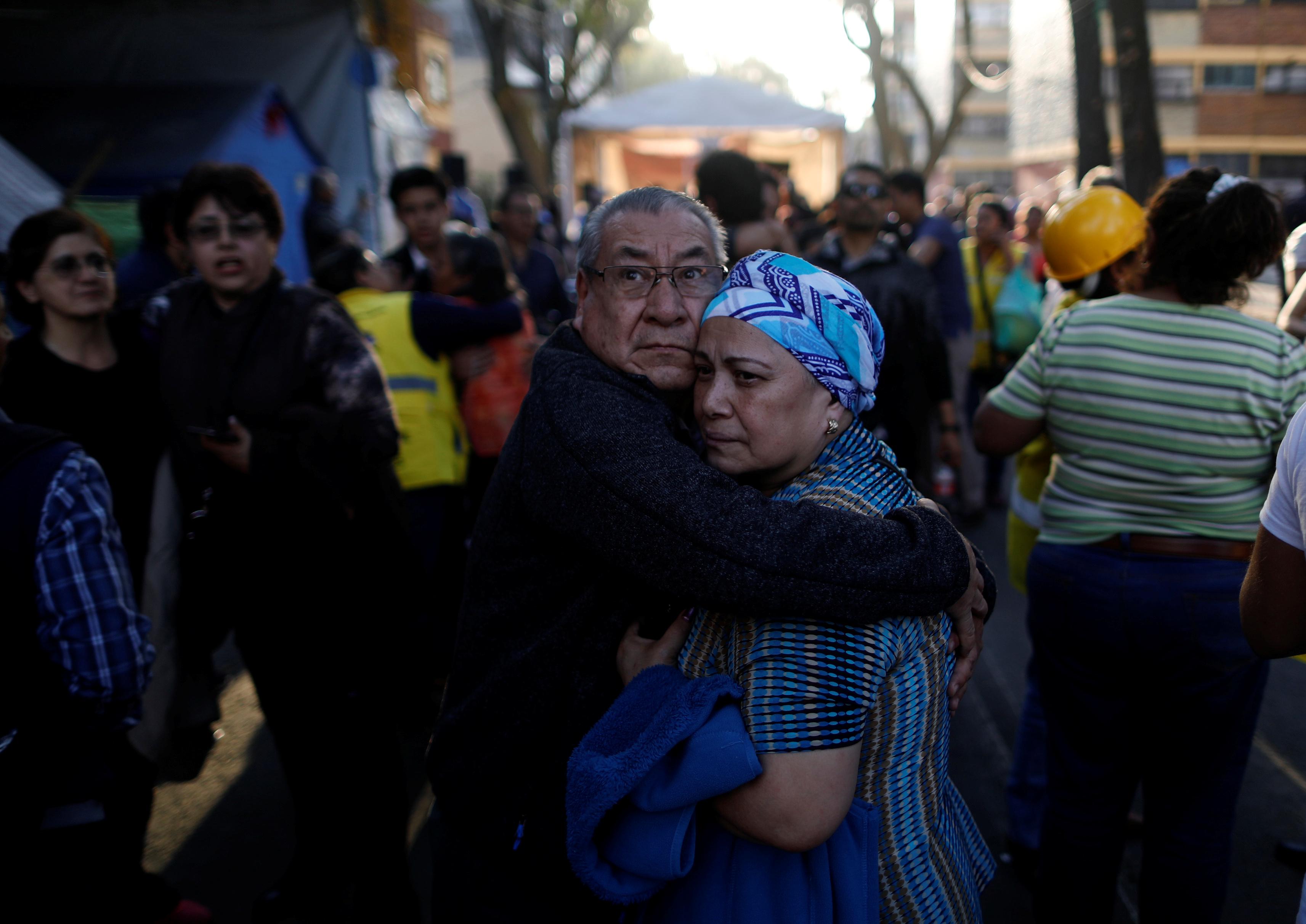رجل يحضن زوجته بعد خوفها من الزلزال