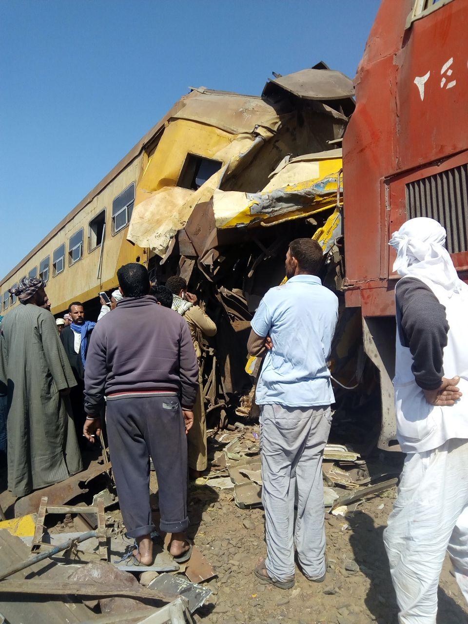 انفصال عربتى قطار ركاب واصطدامهما بقطار بضائع (7)