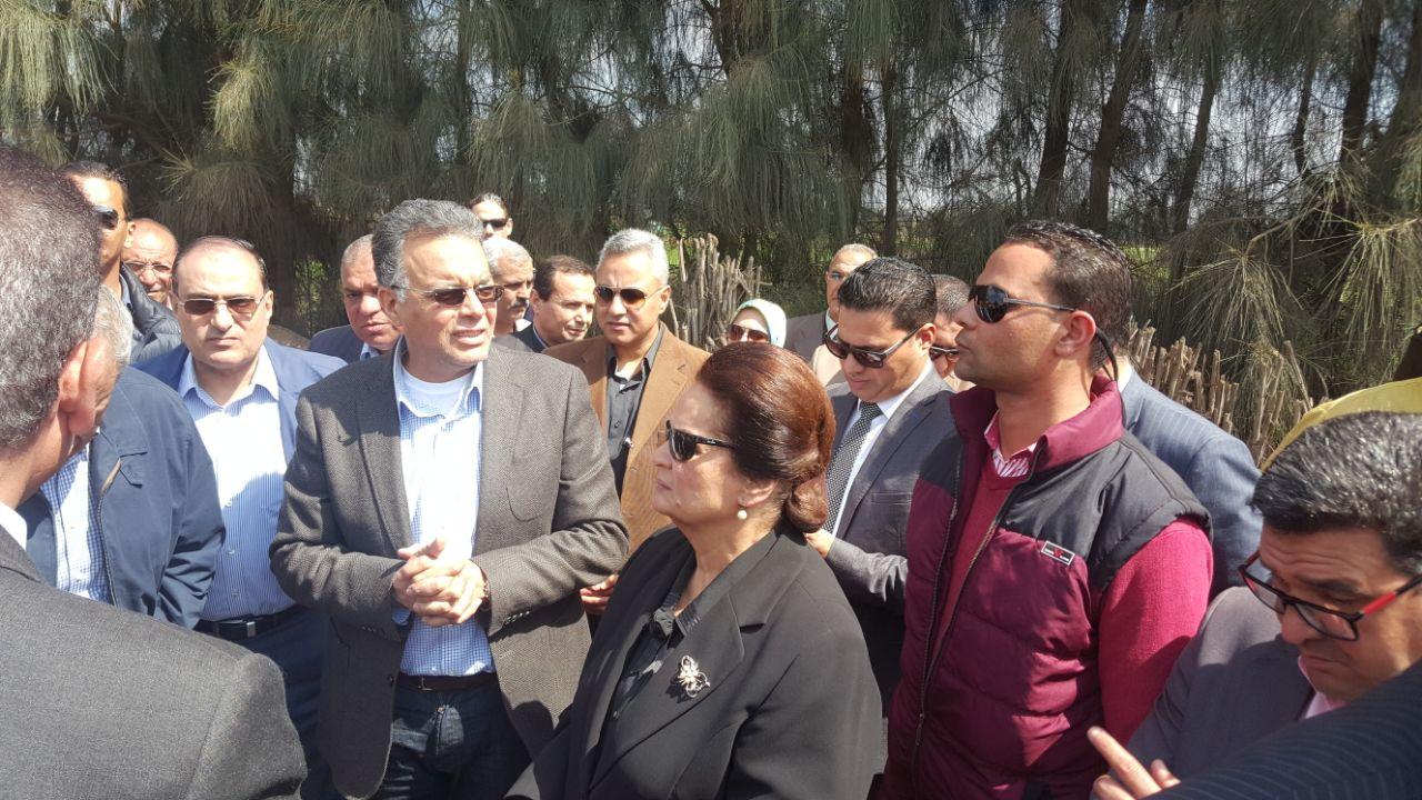 2  وزير النقل خلال جولته بالبحيرة