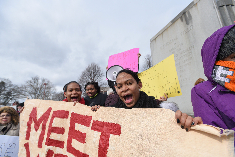 مظاهرات لطلاب المدارس الأمريكية بسبب قوانين حيازة الاسلحة