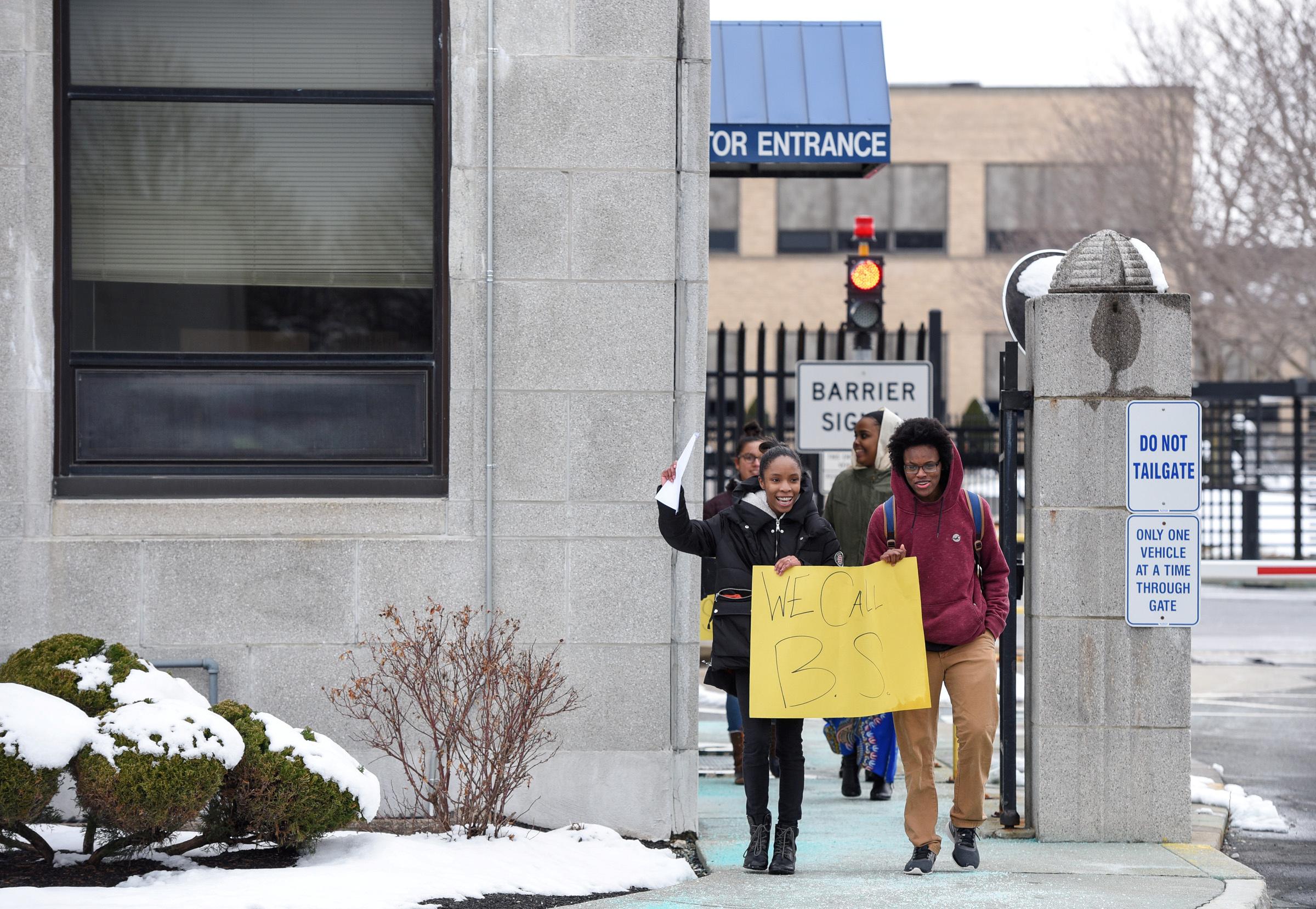 طلاب المدارس الأمريكية يتظاهرون