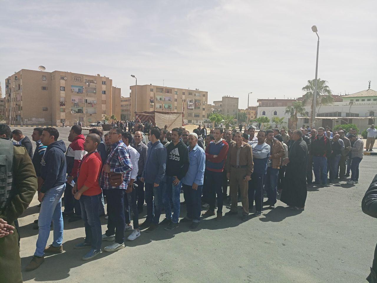 طوابير المواطنين أمام لجان العاشر