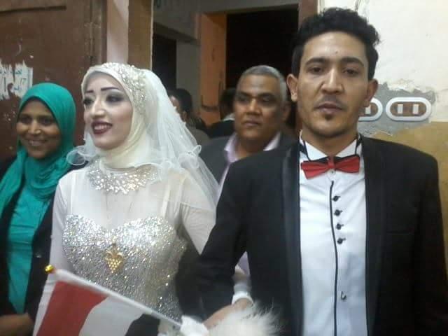 عروسان يحتفلان بزفافهم داخل لجنة الانتخابات بقنا (3)