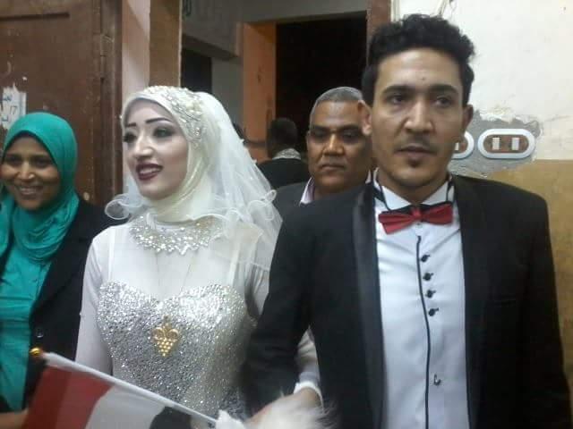 عروسان يحتفلان بزفافهم داخل لجنة الانتخابات بقنا (2)