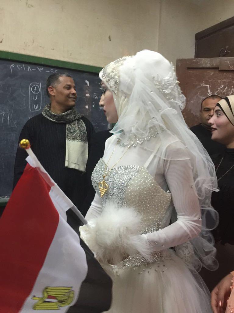 عروسان يحتفلان بزفافهم داخل لجنة الانتخابات بقنا (5)