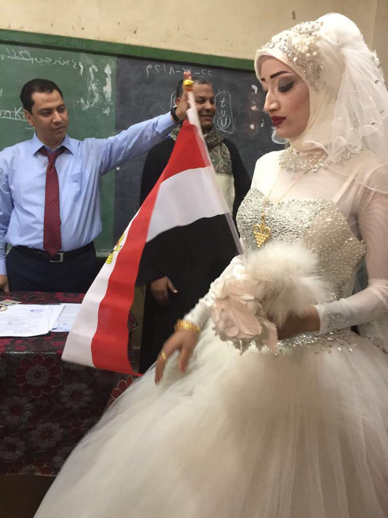 عروسان يحتفلان بزفافهم داخل لجنة الانتخابات بقنا (1)