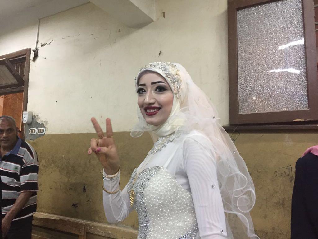 عروسان يحتفلان بزفافهم داخل لجنة الانتخابات بقنا (4)