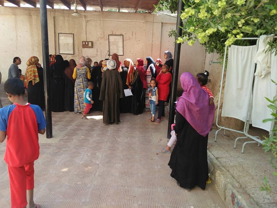 قافلة طبية لـ8 تخصصات تكشف علي المواطنين بقرية البغدادي بالأقصر (3)