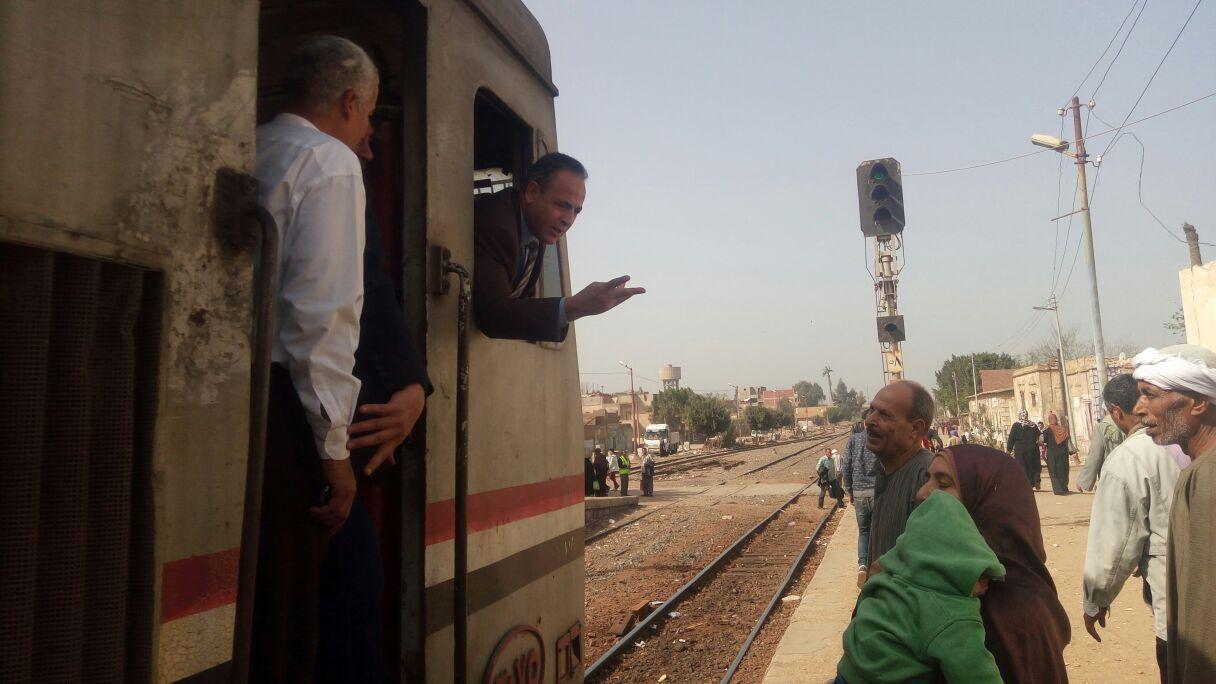 رئيس هيئة السكة الحديد  يحاور الركاب من كابية الجرار بقطار المناشى (3)