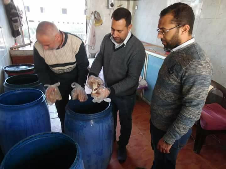 3- أعضاء الحملة بأحد محال الفسيخ