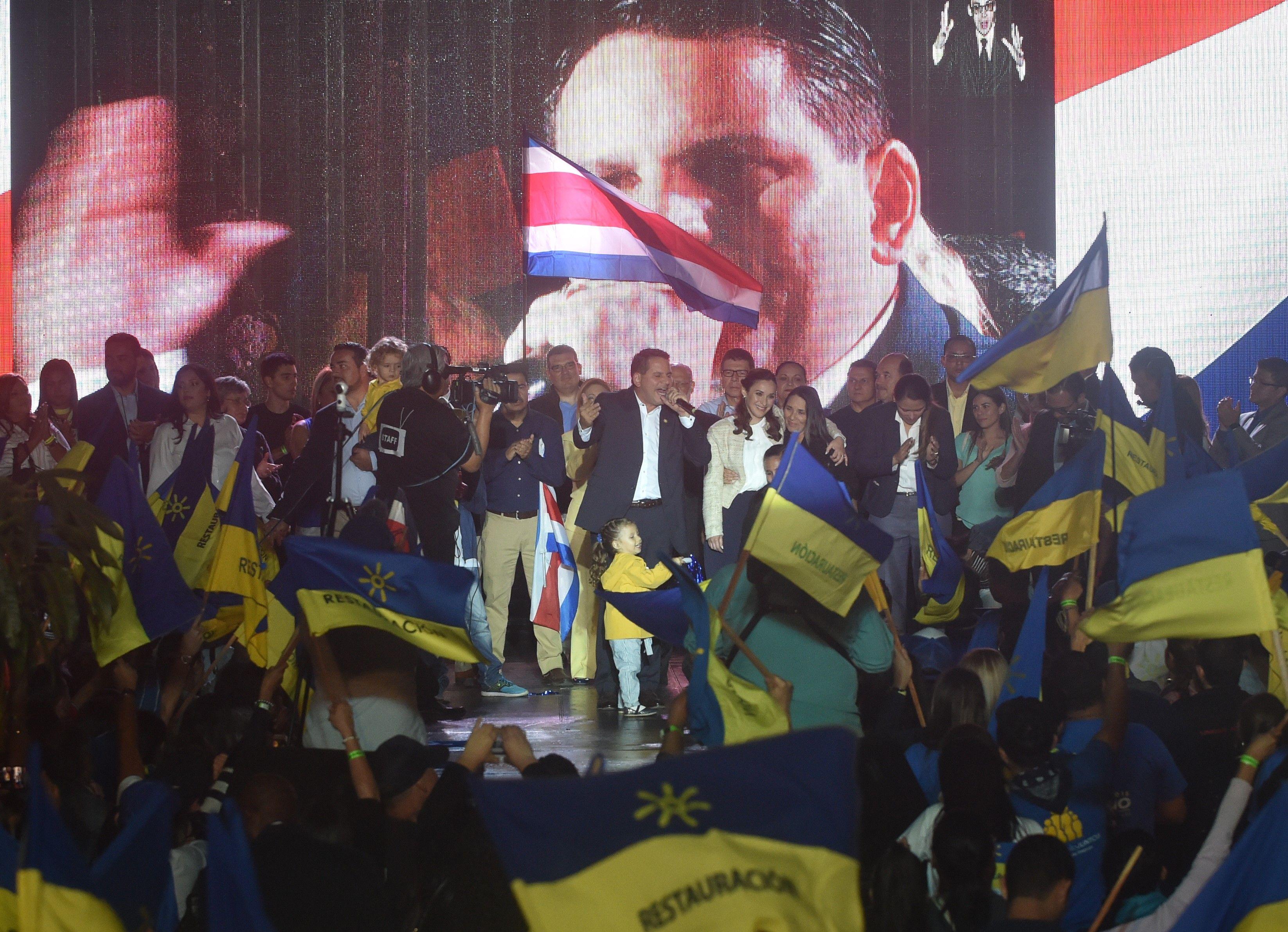 1494080-احتفالات-فى-كوستاريكا-بعد-انتخاب-كارلوس-ألفارادو-رئيسا-للبلاد