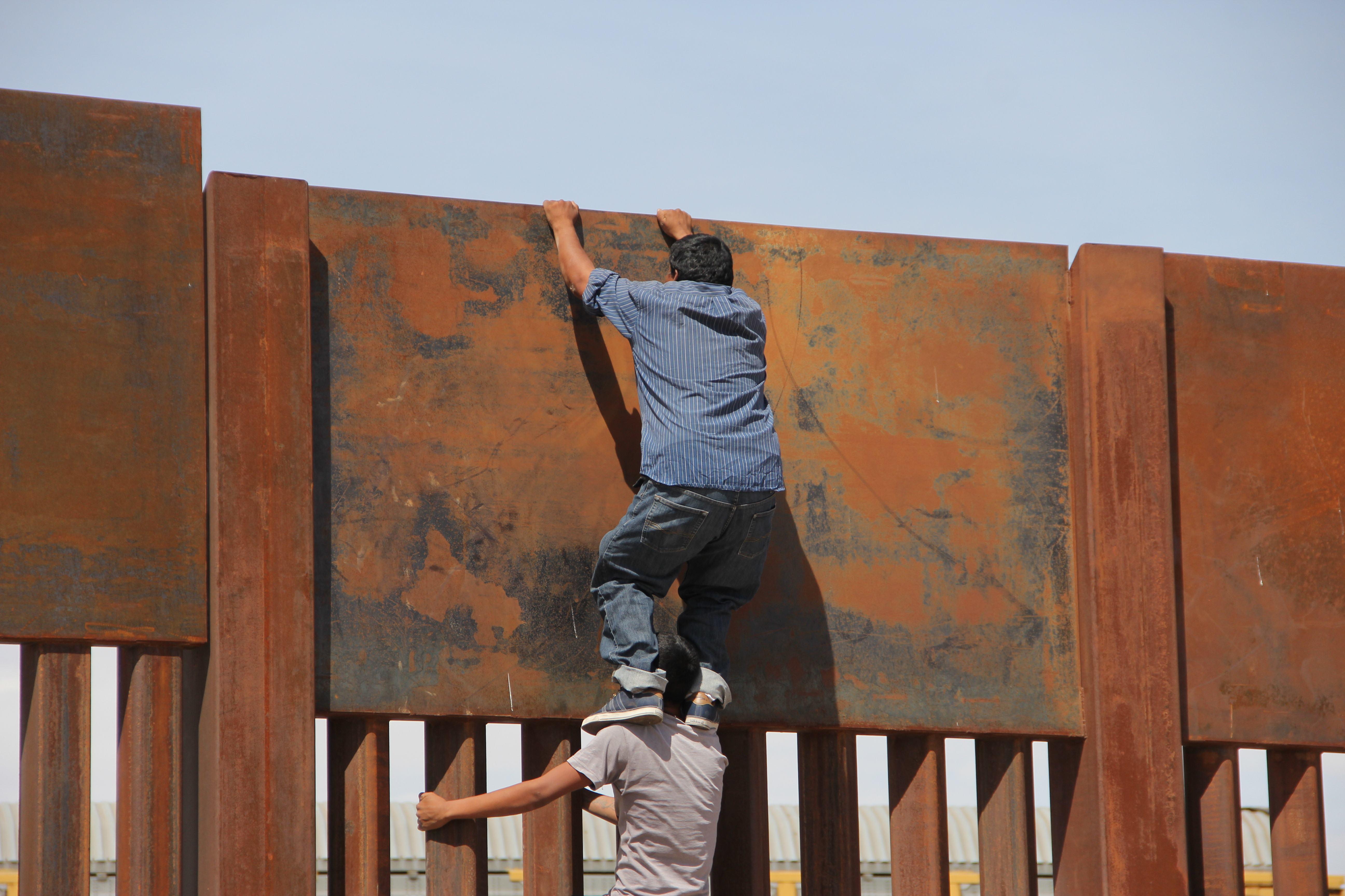 عمليات عبور المهاجرين من المكسيك إلى الولايات المتحدة الامريكية