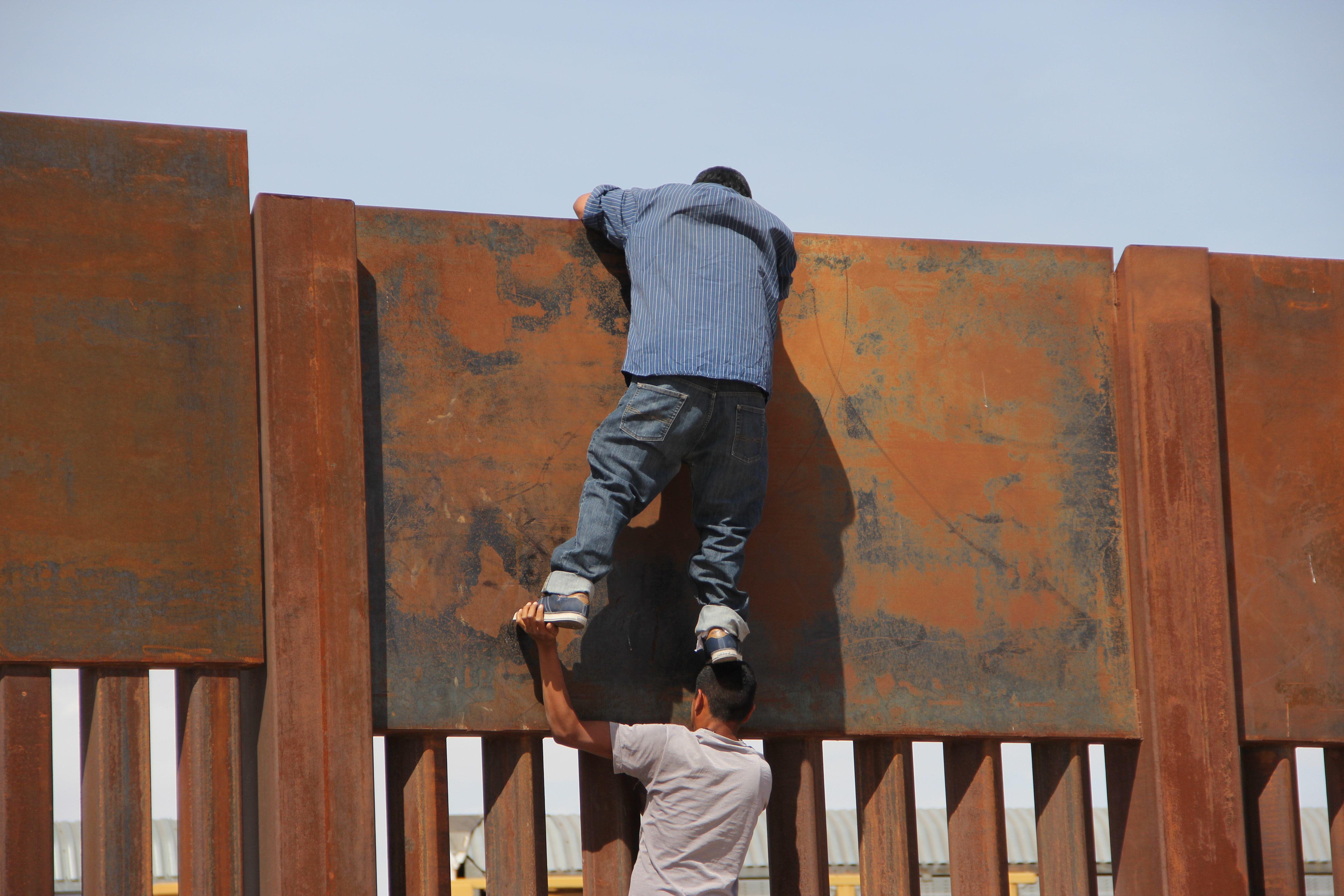 جانب من عمليات الهجرة إلى الداخل الأمريكى