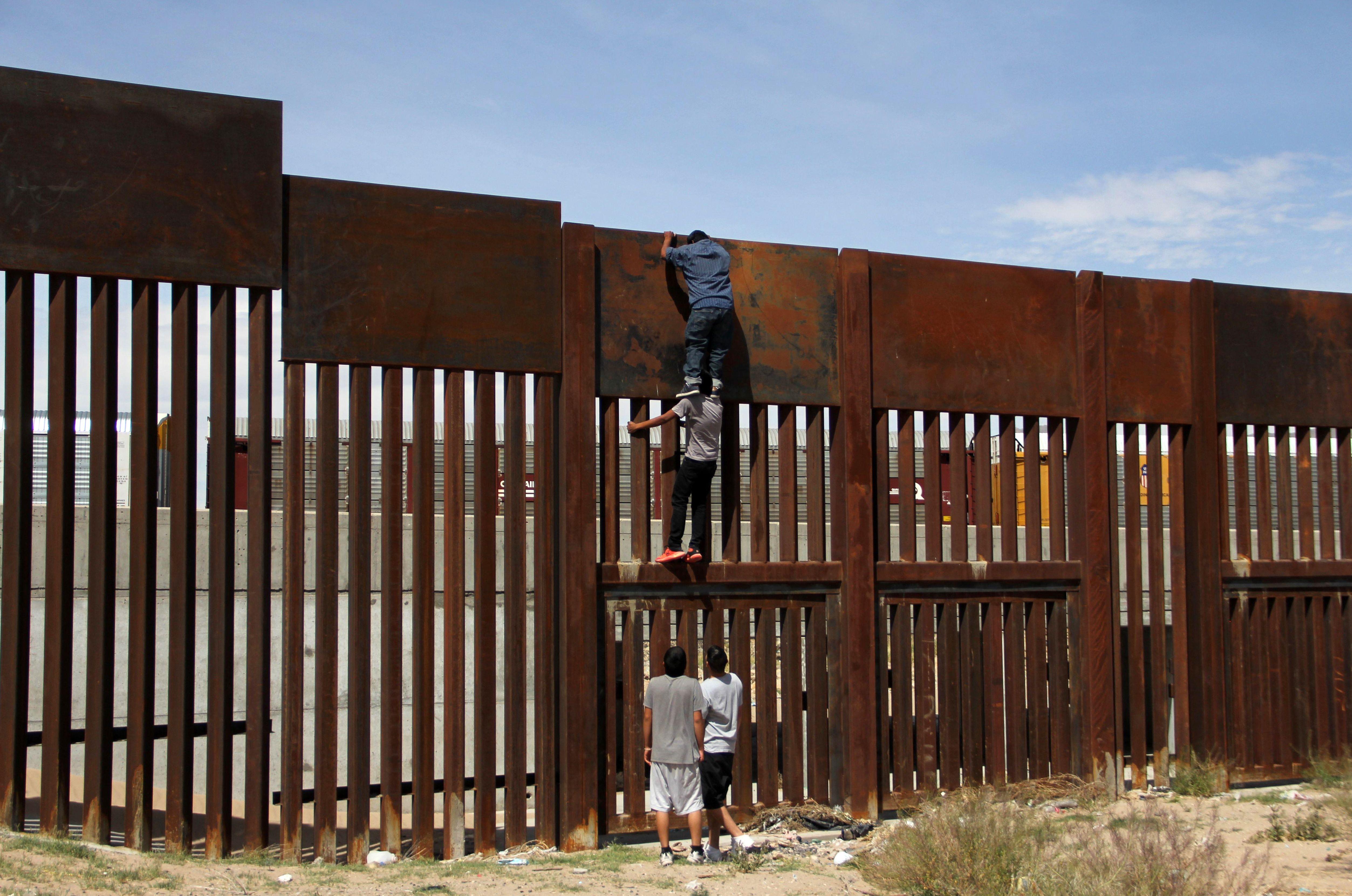 شباب يعبر إلى الولايات المتحدة عبر المكسيك