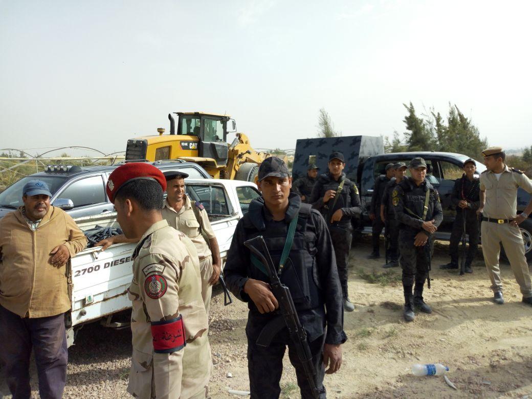 2 القوات المسلحة تشارك الشرطة فى ازالة التعديات