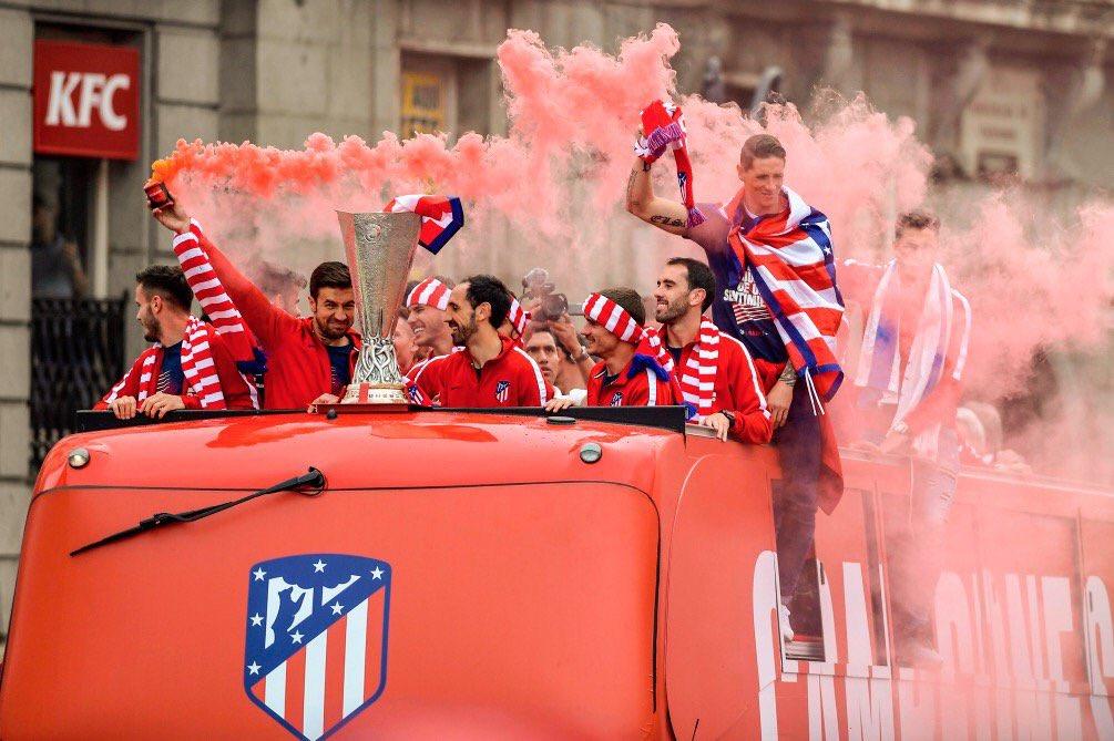 126926-حافلة-نجوم-اتلتيكو-تطوف-شوارع-مدريد