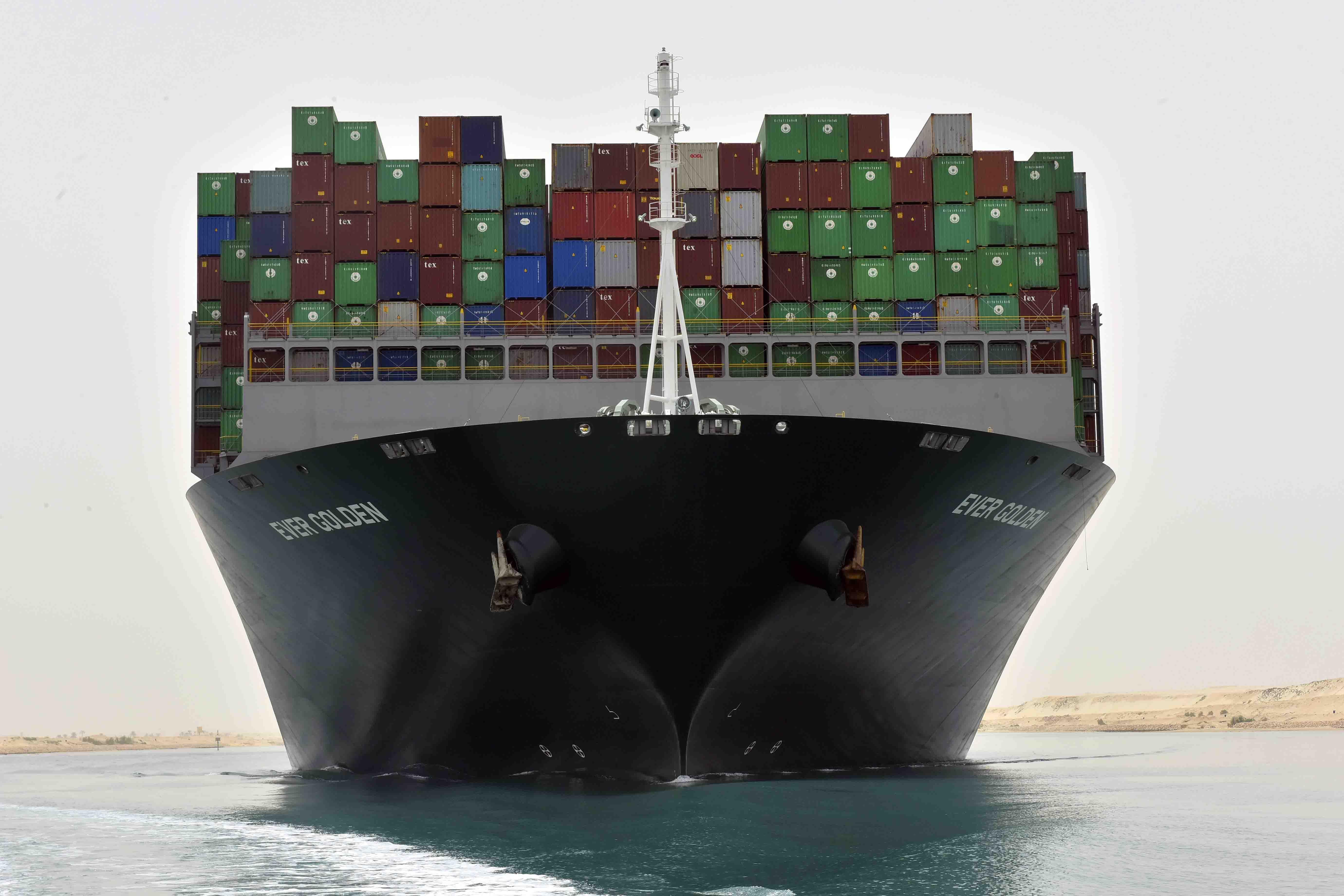 السفينة تعبر2-  القناة من السويس متجهه إلى بورسعيد 2